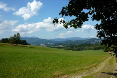 Wandern im Wald mit Blick über Zwiesel zum Arber im Bayerischen Wald.