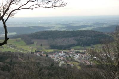 Blick vom Kleinen Büchelstein über Grattersdorf auf die Donauebene hinaus.