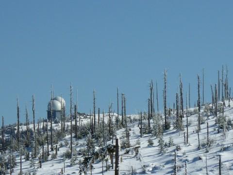 Blick von hinter dem Kleinen Arber zu den Radarkuppeln des Großen Arbers.