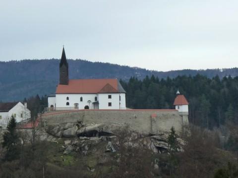 Ranfelser Bergsporn. Die Burganlage mit Kapelle.