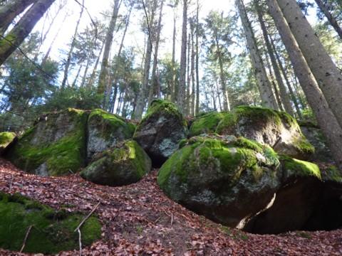 Felsen und Wasser beim Wandern bei Ranfels in der Gemeinde Zenting.