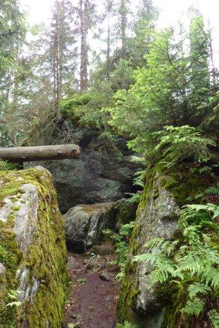 Felsen über Felsen liegen beim Wandern im Weg.