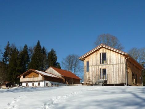 Der Gutshof Harlachberg bei Bodenmais. Links die EInkehrmöglichkeit, rechts das Seminarhaus.