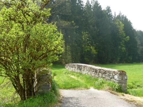 Alte Steinbrücke bei Loderhof unterhalb von Schloss Englburg.
