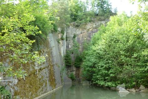 Aufgelassener Steinbruch mit Weiher bei Eging am See im Bayerischen Wald.