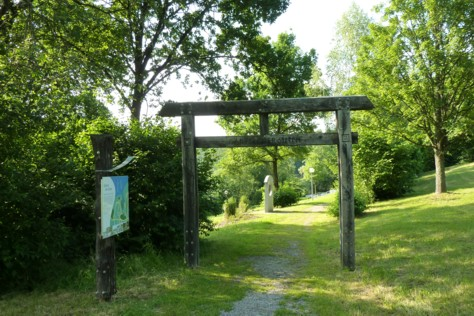 """Das Tor zum """"Garten der Sinne"""" in Eging."""