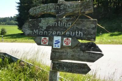 Wanderwegweiser im Bayerischen Wald.
