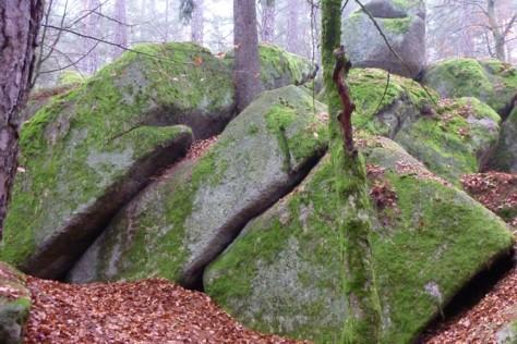 Wollsackverwitterung ist das Zauberwort für den Wackelstein und andere Felsen.