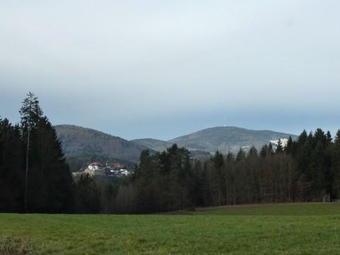 Blick von Schlinding Richtung Burg Ranfels und Brotjacklriegl.